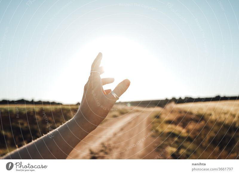 Arm in der Nähe des Sonnenlichts erhoben Hand Hintergrundbeleuchtung Sonnenuntergang Sonnenaufgang schön warm Poesie Windstille ruhig Natur berühren sonnig