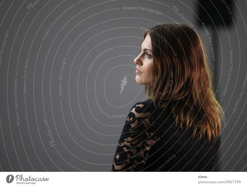 Am Set (3) abwartend portrait schauspielerin nachdenklich kopf kleid haare weiblich frau konzentration kunstlicht dunkel raum profil