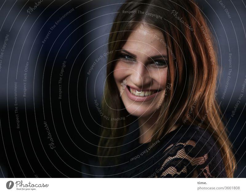 pleasant relief blick langhaarig portrait dunkel schauspielerin düster beobachten schauen lachen schmuck Gute Laune entspannung erleichterung fröhlich freude