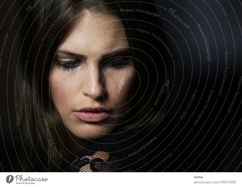 decision is pending skeptisch blick langhaarig portrait dunkel schauspielerin skepsis düster beobachten schauen vorsicht kontrolle konzentration aufmerksam