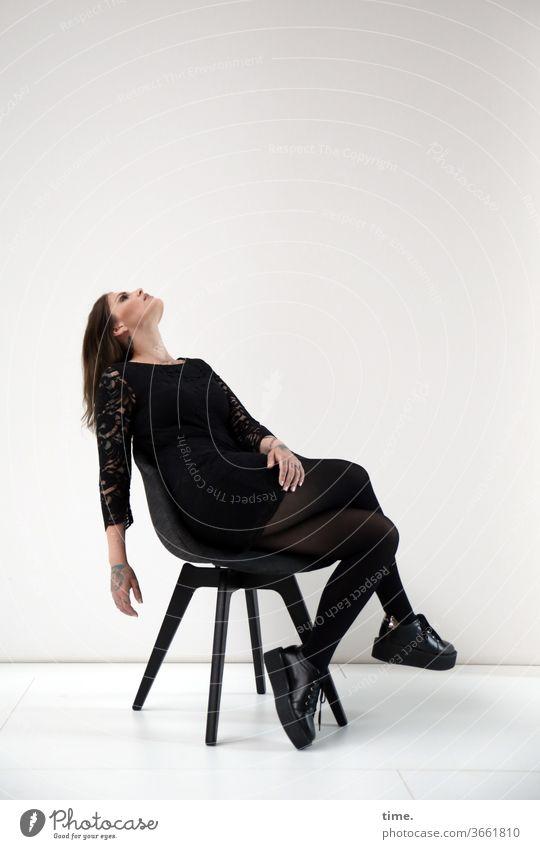 Am Set (2) abwartend portrait schauspielerin nachdenklich kopf kleid haare weiblich frau arm konzentration kunstlicht stuhl sitzen Blick nach oben schuhe