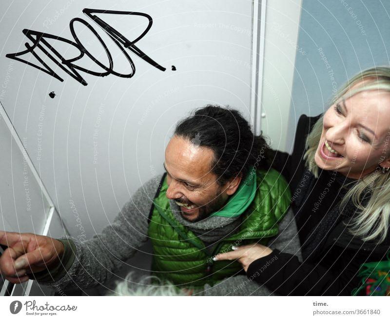 Reeperbahn, Selfiebude | UT HH 19 mann frau spaß lachen fotobude sitzen zeigen wintersachen blond dunkelhaarig wand grafitti halten freude lebensfreude zusammen