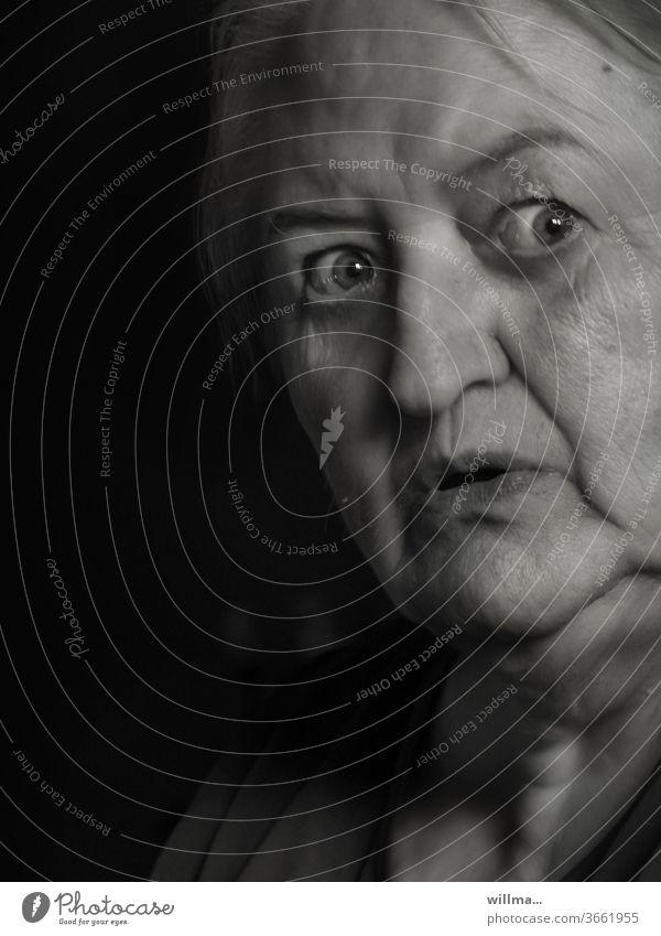 Misstrauische Rentnerin Senior Porträt misstrauisch erschrocken Weiblicher Senior Mensch 60 und älter 80 Frau Blick Gesicht unfreundlich prüfend fragend