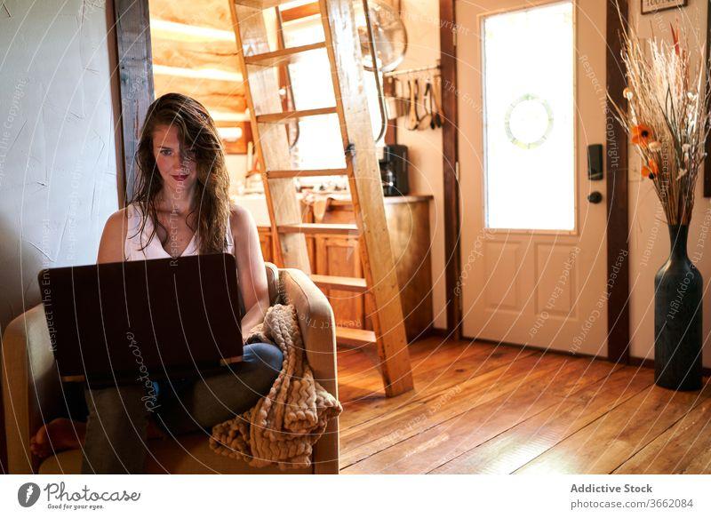 Weibliche Freiberuflerin arbeitet am Laptop freiberuflich Inbetriebnahme Frau benutzend Projekt selbständig Netbook Surfen Gerät heimwärts lesen Apparatur