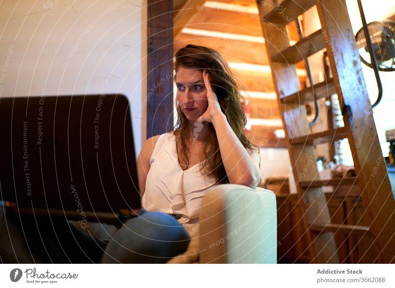 Weibliche Freiberuflerin arbeitet am Laptop verwirren freiberuflich Inbetriebnahme Frau benutzend unverstanden unsicher Projekt selbständig Netbook Surfen Gerät