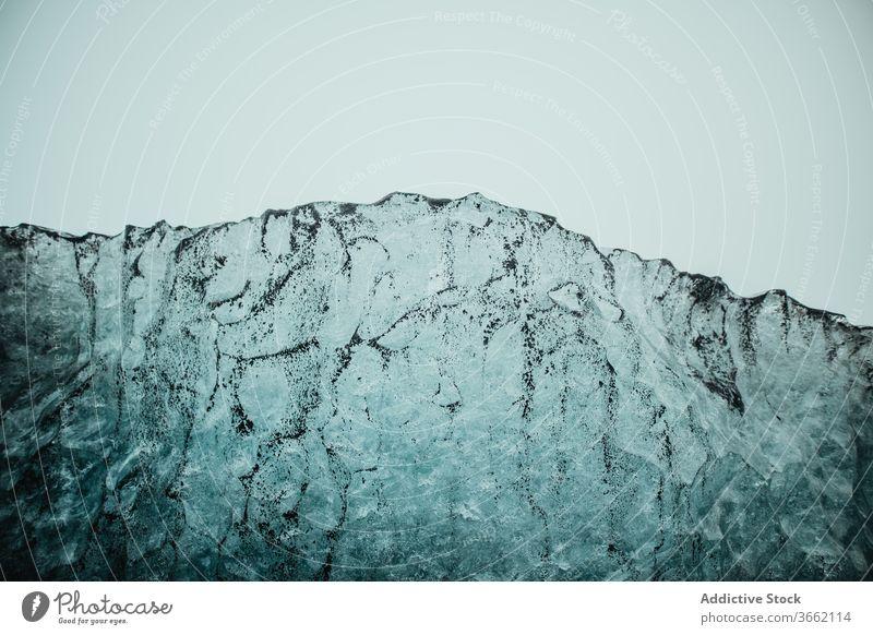 Raue Oberfläche eines malerischen Eisgletschers unter grauem Himmel Gletscher Textur Kristalle gefroren Frost Winter wolkig Muster kalt jokulsarlon Island