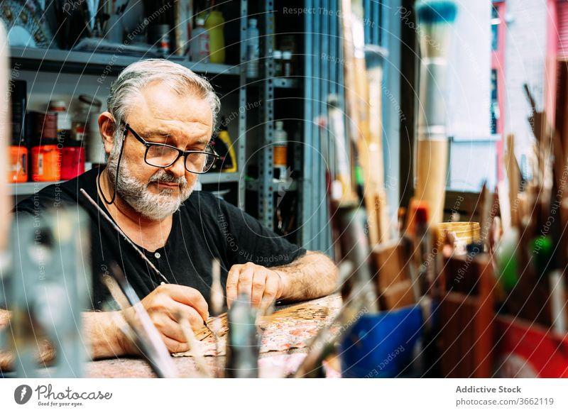 Künstlermalerei auf handgemachtem Waver im Atelier Farbe zeichnen Handfächer Prozess Kunst Kleinunternehmen Werkstatt Pinselblume Dekor Designer professionell