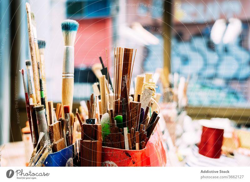 Satz verschiedener Pinsel Pinselblume Kunst Arbeitsplatz Atelier Sammlung Kleinunternehmen Skizze Beruf Wasserfarbe Farbe professionell Vorstellungskraft reif