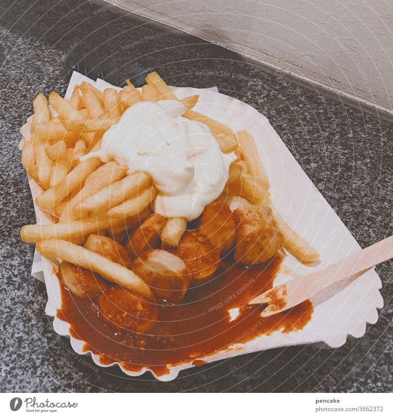 retrofood Pommes frites Fritten Currywurst essen Fastfood Mayonnaise Fett Essen Lebensmittel Appetit & Hunger lecker ungesund Ketchup Imbiss Pappteller