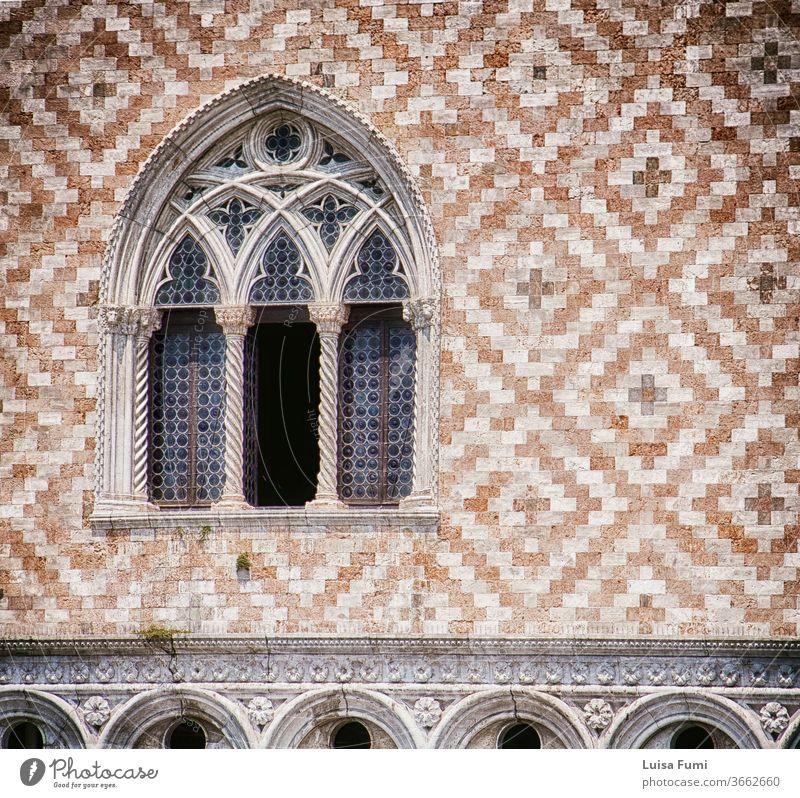 Venedig, Palazzo Ducale: Detail der dreifachen Arkadenfenster- und Fassadendekoration mit abwechselnd rotem Marmor und weißem Steinziegelpflaster, Weichzeichner