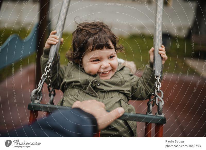 Kind auf Schaukel pendeln Spielplatz Park lustig Spaß Glück Fröhlichkeit Vaterschaft Kinderspiel Kindheit Außenaufnahme spielen spielerisch Farbfoto Freude