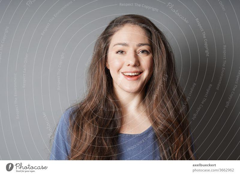 fröhliche junge Frau mit strahlendem Lächeln Fröhlichkeit Lachen Glück heiter brünett Person Menschen Kaukasier attraktiv hübsch schön Frauen Jugend Erwachsener