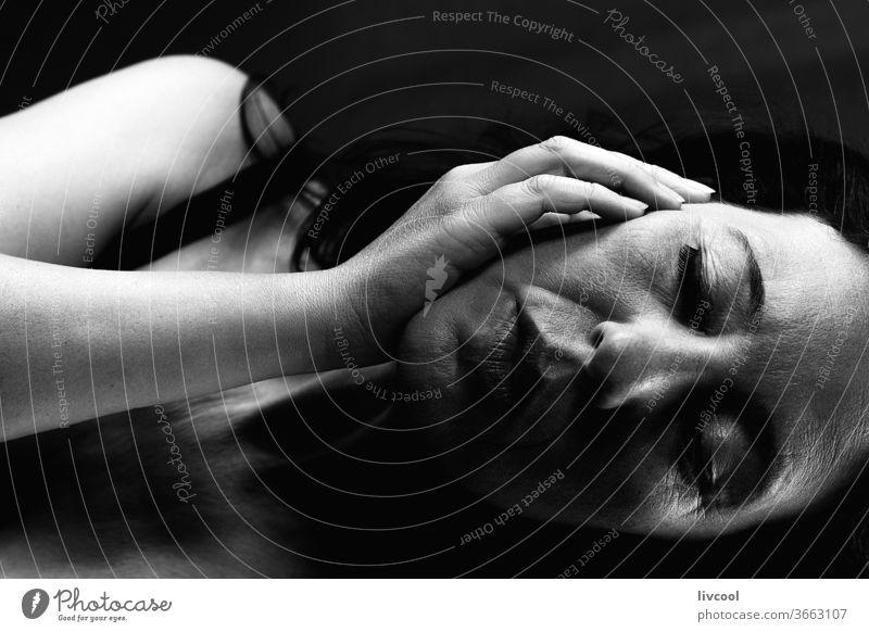 schwarz-weißes Frauenprofil-Portrait III Porträt schön schwarz auf weiß Profil liegend traurige Haltung dunkel stürzen schwarzer Hintergrund Menschen romantisch
