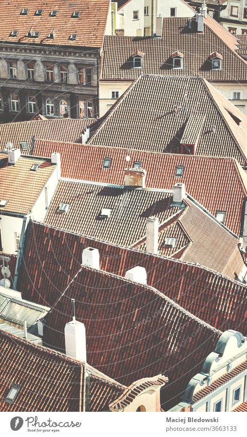 Dächer von Prag, retro getöntes Bild, Tschechische Republik. Großstadt Dach Architektur alt Gebäude Haus Antenne Tschechien von oben Fliesen u. Kacheln urban