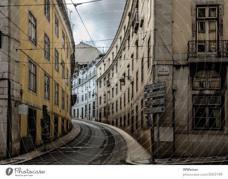 Leere Straße in Lissabon Kurve Portugal Stadt Ferien & Urlaub & Reisen Tourismus Hauptstadt Städtereise Straßenbahn Gleise leer menschenleer Regenwetter