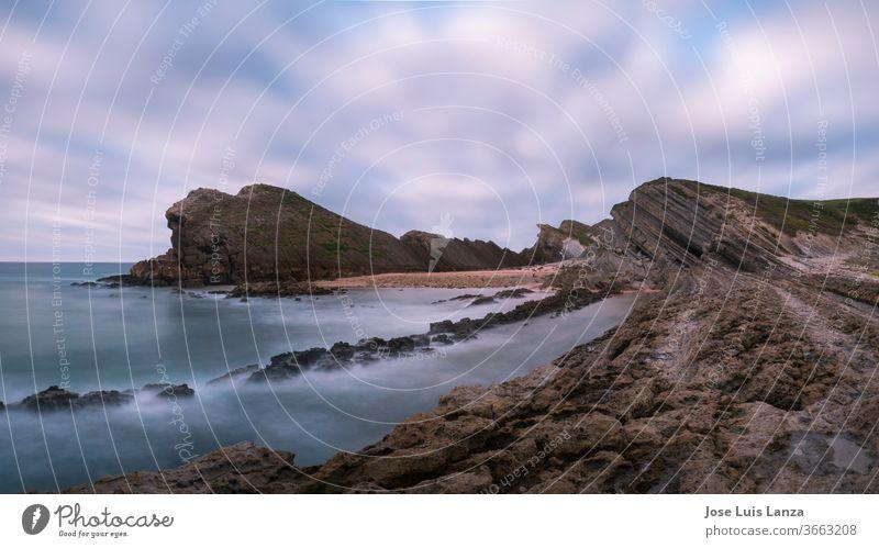 Tapete mit felsiger Meereslandschaft. Madero-Strand in Liencres Hintergrund schön Schönheit blau Küste Küstenstreifen Küstenlinie schmalzig Ausflugsziel Europa