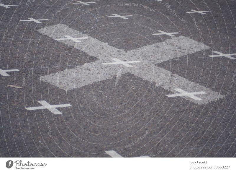 Kreuz + Kreuz Asphalt Platz Schilder & Markierungen Doppelbelichtung Zeichen grau Oberfläche viele Muster Treffpunkt kreuzen durchkreuzen Strukturen & Formen