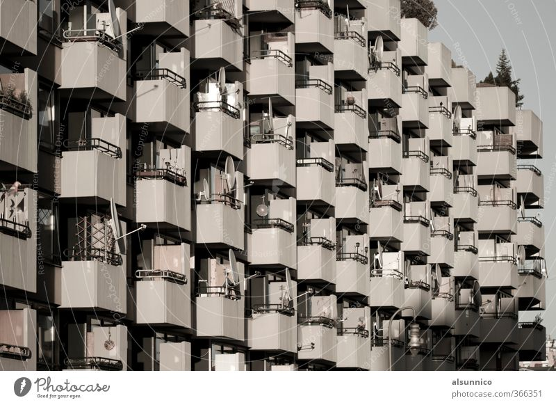 70er Jahre Wohnbau in Berlin Stadt Haus Mehrfamilienhaus Fassade Balkon Gesellschaft (Soziologie) Satellitenantenne Schwarzweißfoto Außenaufnahme Menschenleer