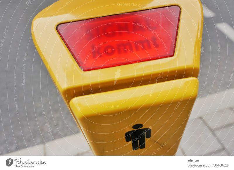 """SIE hofft, dass ER endlich ein Signal aussendet - """"SIGNAL kommt"""" ist am gelben Ampeldrücker erleuchtet Signal kommt Fußgängerampel Mann Piktogramm Ampelverkehr"""