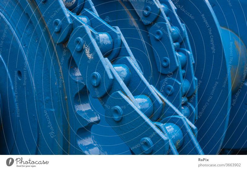 Kettengetriebe an einer alten Seilwinde. Kettentrieb Getriebe Ritzel Kettenrad Zahnrad gearing gearbox Mechanik Technik Maschine machine Verzahnung Freilauf