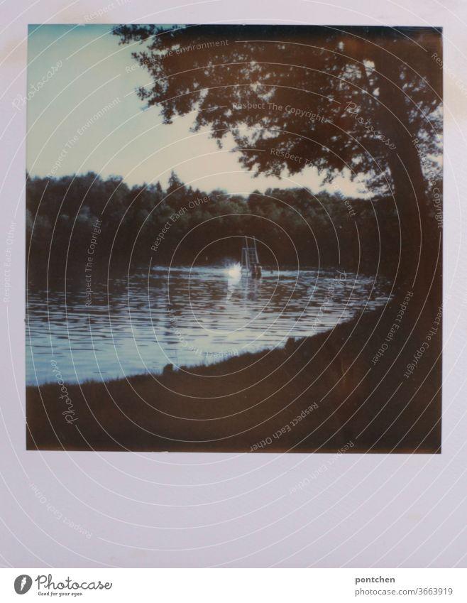 Ein kleiner Sprungturm in einem See. Polaroid Idylle, Natur. sprungturm wasser idylle natur polaroid wald einsam ruhe erholung Landschaft Reflexion & Spiegelung