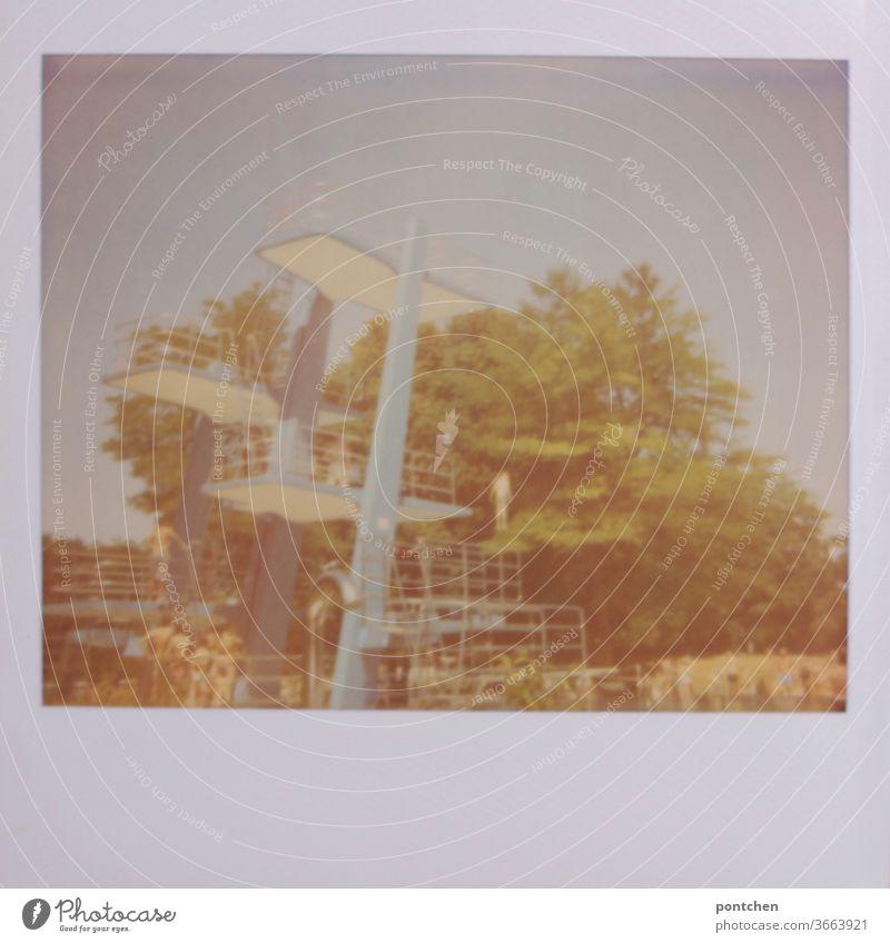 Polaroid. Blauer Sprungturm vor bäumen im Freibad freibad sommer mut spaß höhe adrenalin Sport 10 meter Schwimmbad Sprungbrett Freizeit & Hobby Turmspringen