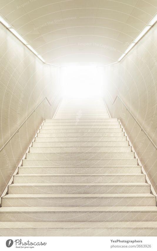 Treppe nach oben in Richtung starkes Licht. Treppe geht nach oben. Weiße moderne Treppe. abstrakt Errungenschaften Flughafen Architektur Keller hell Gebäude