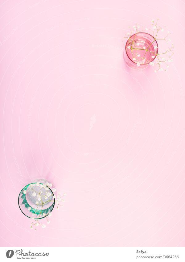 Pastellfarbene Brille mit Blumen auf rosa Glas Glaswaren Rahmen Geschirr Hintergrund Essgeschirr trinken Design Küchengeräte Kulisse Sommer Attrappe Frühling