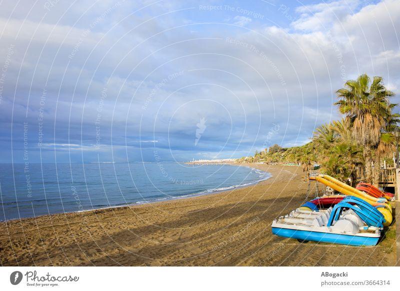 Meeresstrand mit Paddelbooten an der Costa del Sol in Marbella, Andalusien, Spanien Strand Urlaub MEER Feiertage Tretboot Freizeit reisen Tourismus Europa