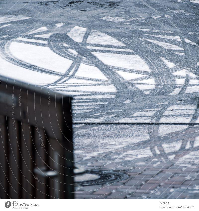 Druckerzeugnis | Reifen auf Schnee Straße Frost kalt Asphalt gefroren grau Linie fahren trist dunkel weiß Winter trüb Gartentür Gartenzaun Straßenbelag