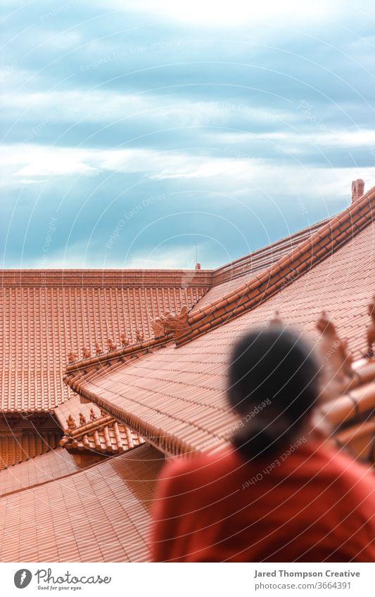 Ein buddhistischer Tempel, der von einer jungen Frau übersehen wird. Frieden Zen China Asien asiatisch Architektur geistig Kultur antik beten Terrakotta