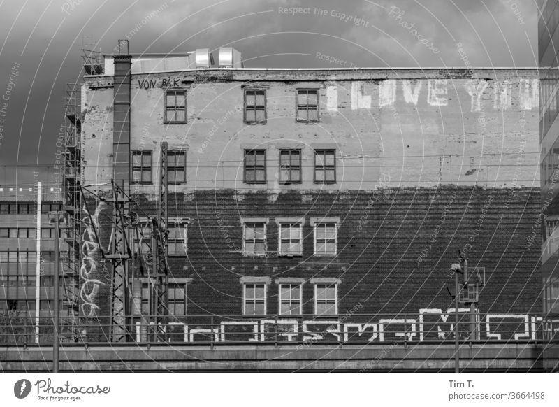 i Love You Berlin Graffiti Stadt Tag Außenaufnahme Menschenleer Stadtzentrum Gebäude Fenster Altstadt Architektur Fassade Altbauwohnung Bauwerk