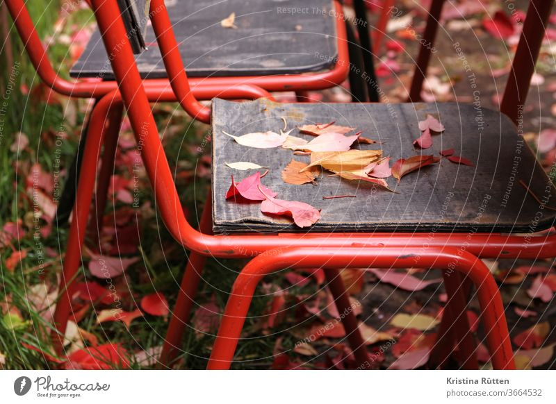 herbstlaub auf dem gartenstuhl herbstfarben herbstlich cafe terrasse biergarten natur idyllisch malerisch einladend stimmungsvoll beschaulich behaglich