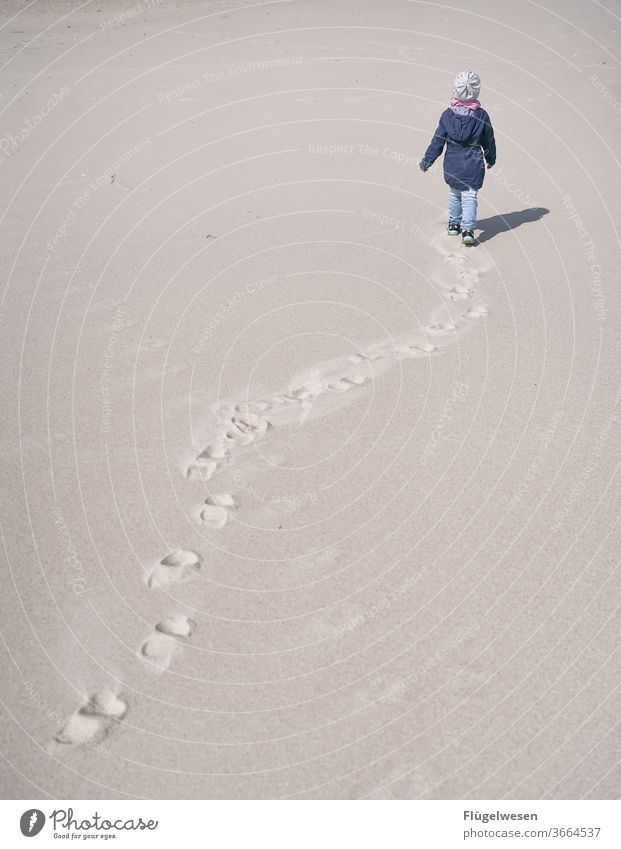 Spuren im Strand Stranddüne Strandkorb Strandspaziergang Strandleben Sand Sandstrand Sandstein Sandale Sandkorn Sandbank sandig Kind Kindheit spurenlesen