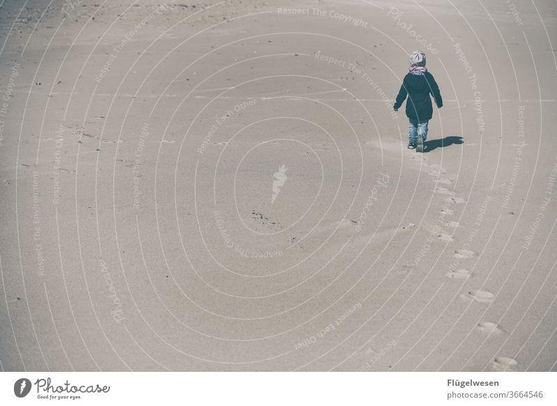 Spuren im Strand II Stranddüne Strandkorb Strandspaziergang Strandleben Sand Sandstrand Sandstein Sandale Sandkorn Sandbank sandig Kind Kindheit spurenlesen