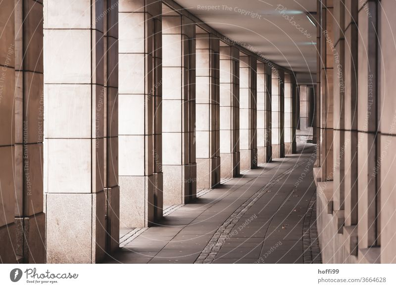 Arkade mit Fensterfassade Arkaden Spalten erbaut Wege & Pfade Mauer Fensterscheiben Backsteinfassade Backsteinwand roter Backstein Baustein Lagerhalle Altstadt