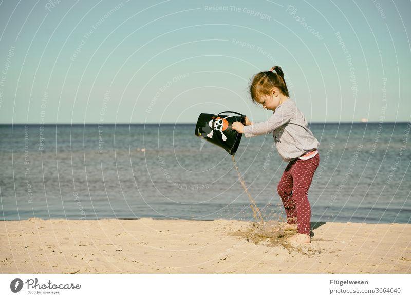 Kleine Piratenbraut I Piratenkostüm piraterie Piratenschiff Piratenflagge Strand Stranddüne Strandspaziergang Strandleben Meer Meerwasser Meeresboden Mädchen