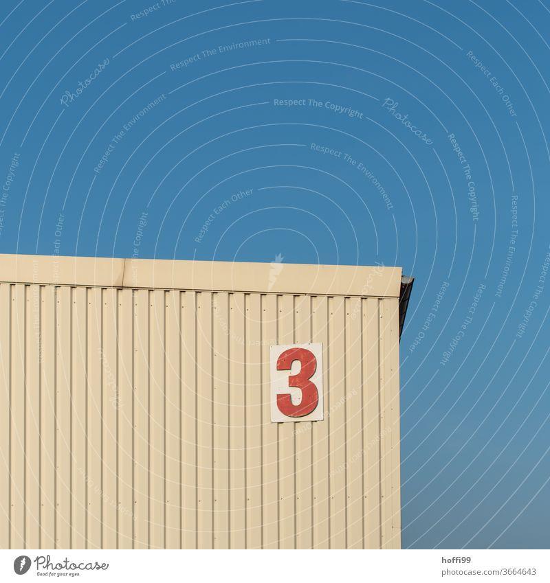 die rote Drei am Lagerschuppen drei 3 Zahl Nummer Ziffern & Zahlen Zeichen Schilder & Markierungen Hausnummer Wand Schriftzeichen Lagerhalle Schuppen