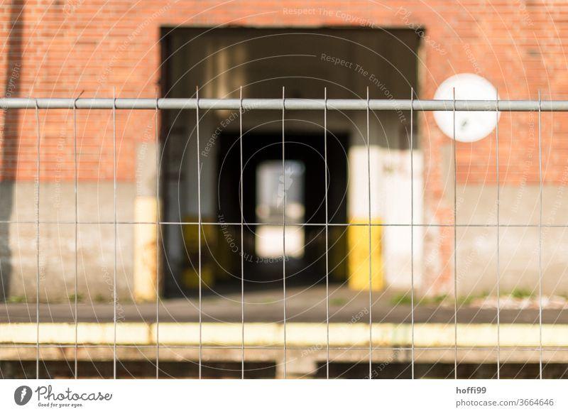 Baustelle mit Absperrung und Gitterzaun Zäune Barriere Bauzaun Sicherheit Strukturen & Formen Zaun Metall Muster Außenaufnahme Metallzaun Linie Kontrolle