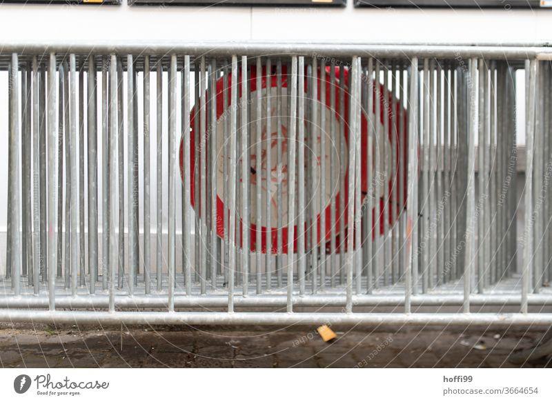Absperrgitter mit Durchfahrt verboten Schildern Absperrung Barke rot weiß Plane Barriere Bauzaun Sicherheit Strukturen & Formen Zaun Metall Muster Außenaufnahme