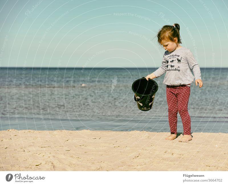 Kleine Piratenbraut II Piratenkostüm piraterie Piratenschiff Piratenflagge Strand Stranddüne Strandspaziergang Strandleben Meer Meerwasser Meeresboden Mädchen