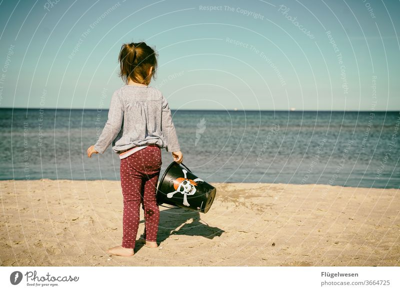 Kleine Piratenbraut III Piratenkostüm piraterie Piratenschiff Piratenflagge Strand Stranddüne Strandspaziergang Strandleben Meer Meerwasser Meeresboden Mädchen