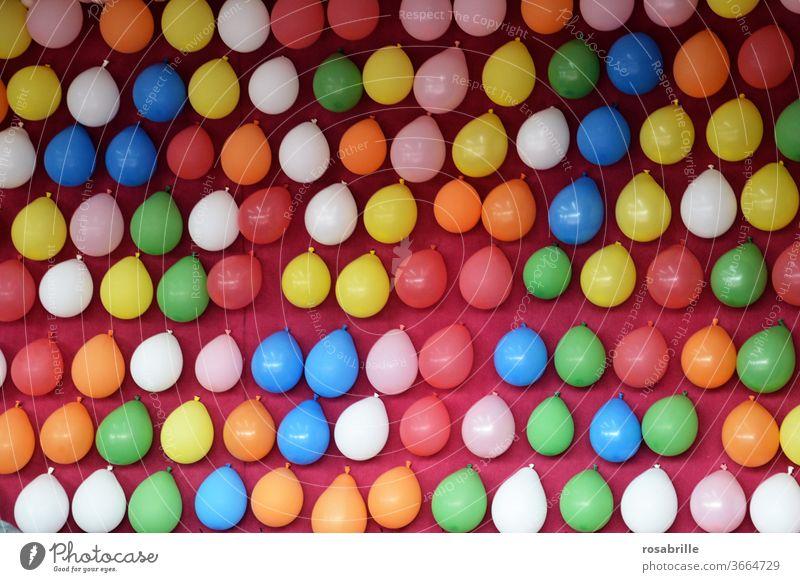 immer noch keinen Luftballon getroffen | knapp daneben Luftballons Ballon Ballons Jahrmarkt Jahrmarktbude Spiel Geschicklichkeitsspiel Bude bunt Preise treffen
