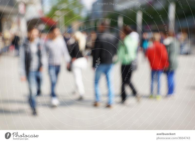 defokussierte Menschen in der City Stadtleben Menschenmenge Innenstadt Fußgängerzone Großstadt Lifestyle Stadtzentrum Unschärfe urban Straße Hintergrund