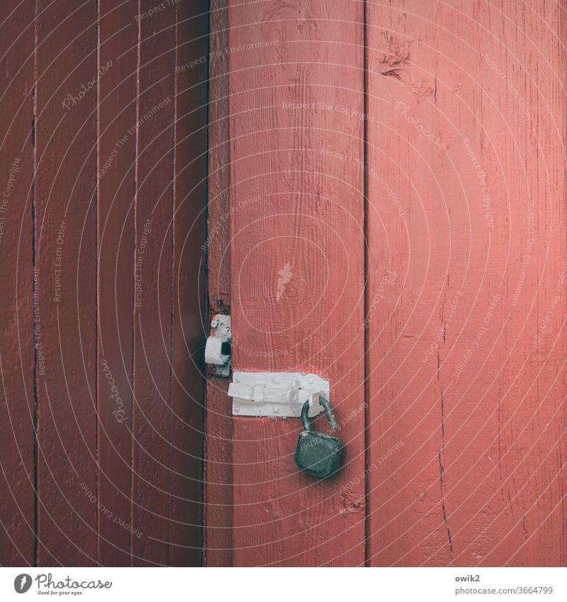 Konstruktionsfehler Tür Holz alt Gartenlaube Geräteschuppen Schloss Riegel rötlich weiß gestrichen Desaster Missgeschick Detailaufnahme Sicherheit