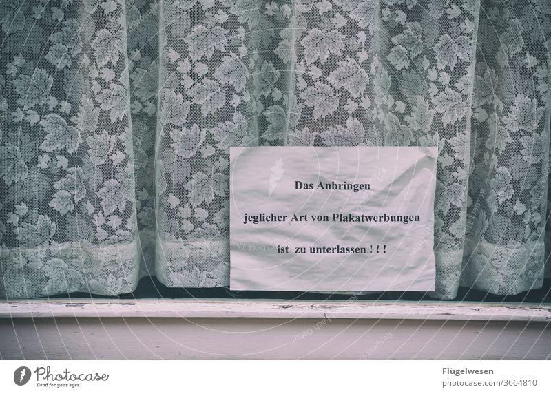 Drohgebärde drohung Verbote Verbotsschild verboten verbotszeichen Fenster Fensterscheibe Fensterladen Fensterbrett Fensterrahmen Gardine gardinenstange Gardinen
