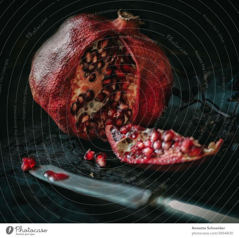 Granatapfel mit Messer Frucht Obst Ernährung Gesunde Ernährung lecker Bioprodukte Lebensmittel rot Foodfotografie Essen frisch fruchtig Vitamin C genießen