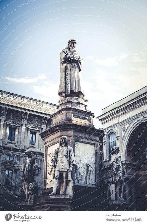 Ansicht des Denkmals, das dem genialen Leonardo da Vinci, dem berühmten italienischen Künstler, Wissenschaftler und Erfinder der Renaissance, gewidmet ist, Mailand