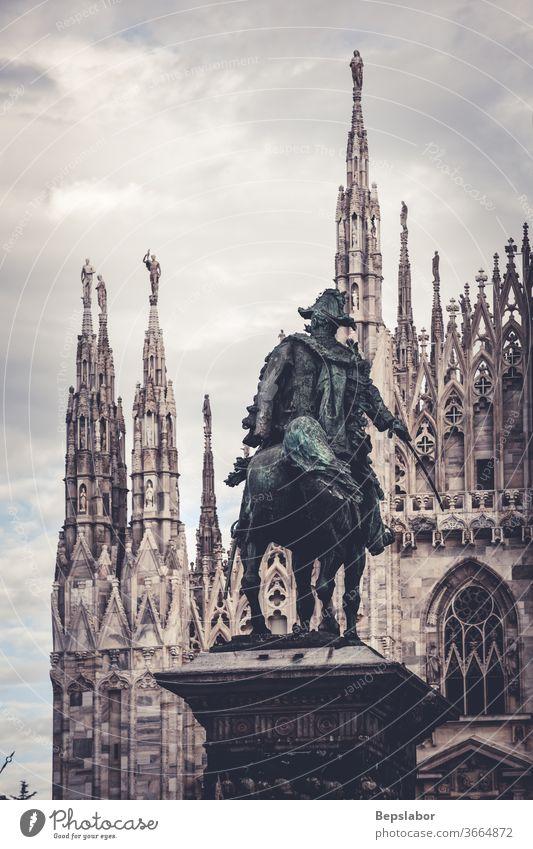 Blick auf das Vittorio-Emanuele-II-Denkmal vor dem Mailänder Dom - Italien Christentum Vittorio Emanuele II antik Antiquität Architektur Kunst künstlerisch