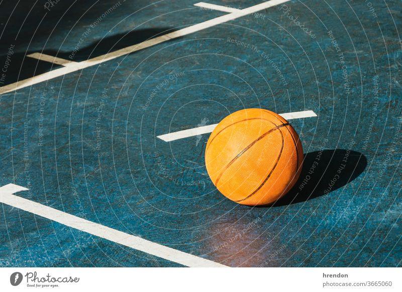 Basketball auf dem Platz Sport Konkurrenz Ball Spiel sportlich wettbewerbsfähig spielen Spielen Übung männlich trainiert. anstrengen Hobby Streichholz
